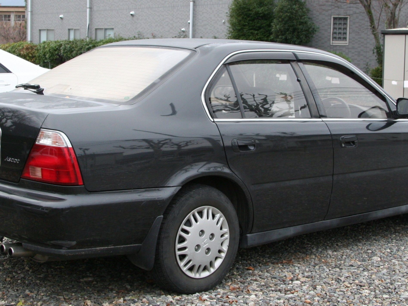 Черный седан Honda Ascot вид сбоку