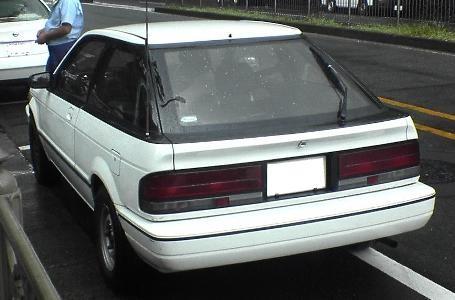 Белый хэтчбек Mazda Etude, вид сзади