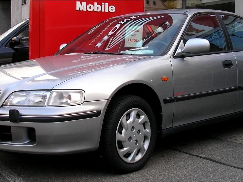 Серебристый седан Honda Ascot