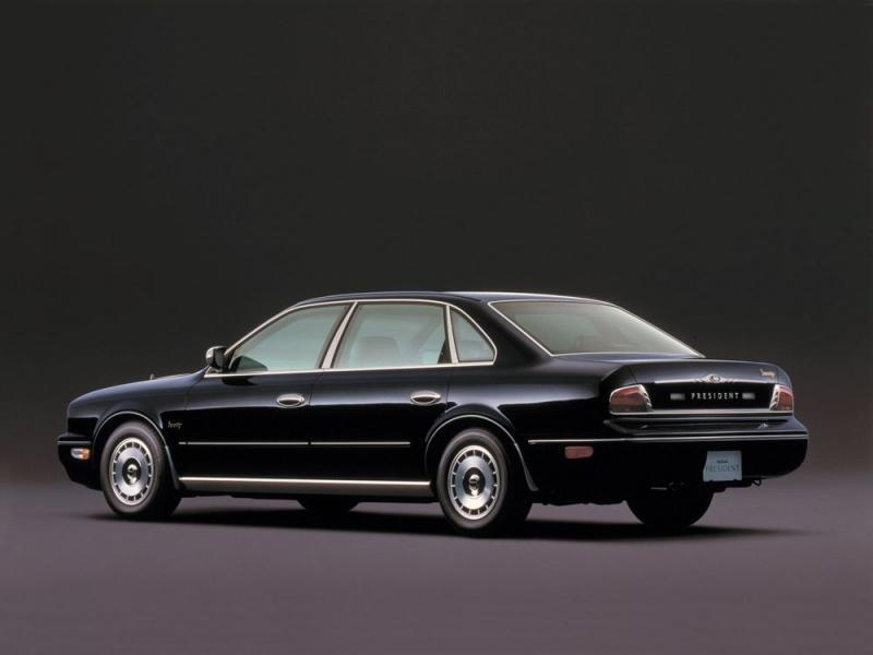 Черный  Nissan President: вид сбоку