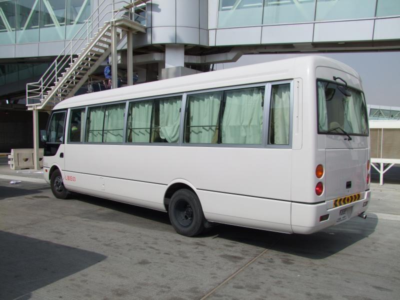 Серебристый автобус Mitsubishi Rosa вид сбоку