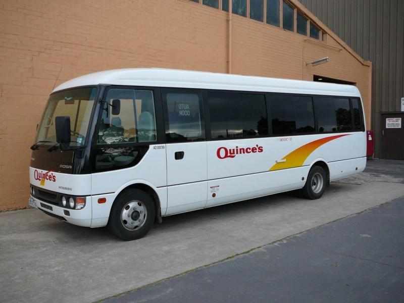 Белый автобус Mitsubishi Rosa вид сбоку