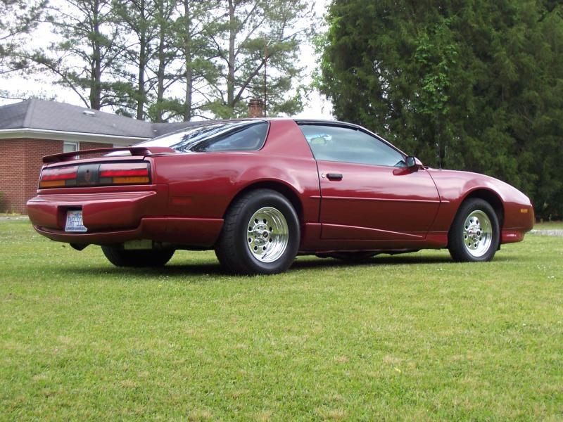 Красный Pontiac Firebrid