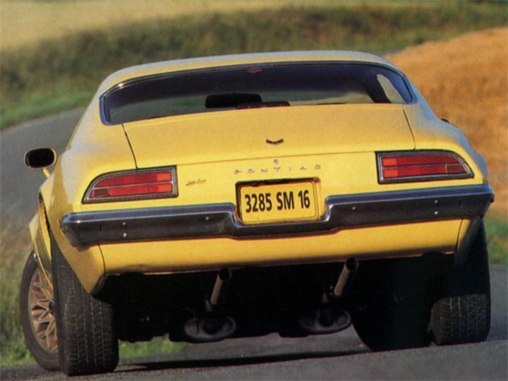 Желтый Pontiac Firebrid вид сзади