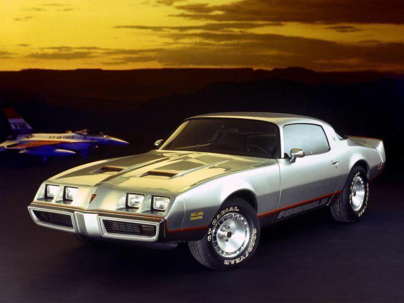 Серебристый Pontiac Firebrid вид спереди