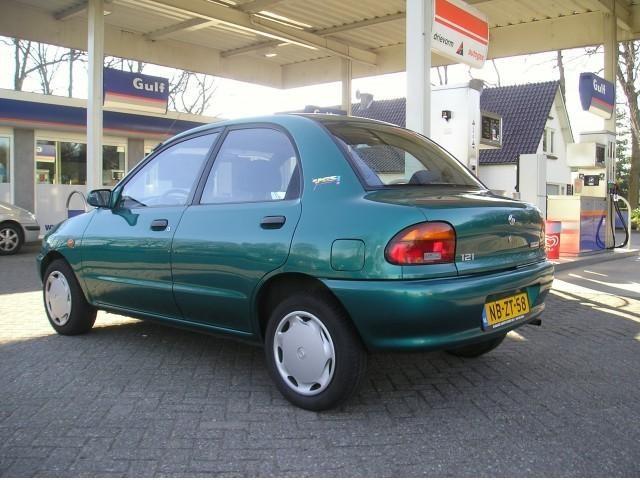 Зеленый Mazda revue вид сбоку