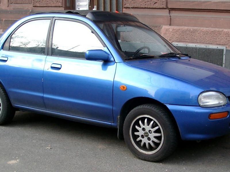 Синий Mazda Revue, вид сбоку