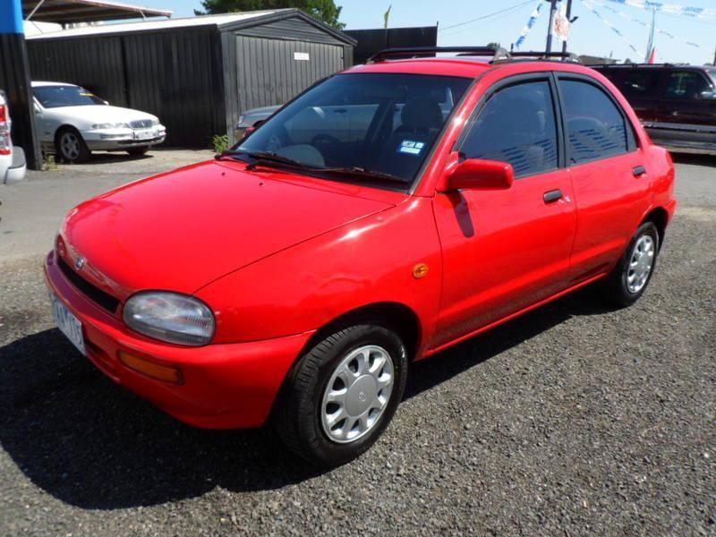 Красный Mazda Revue