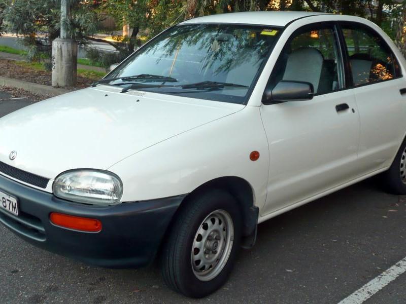 Белый Mazda Revue