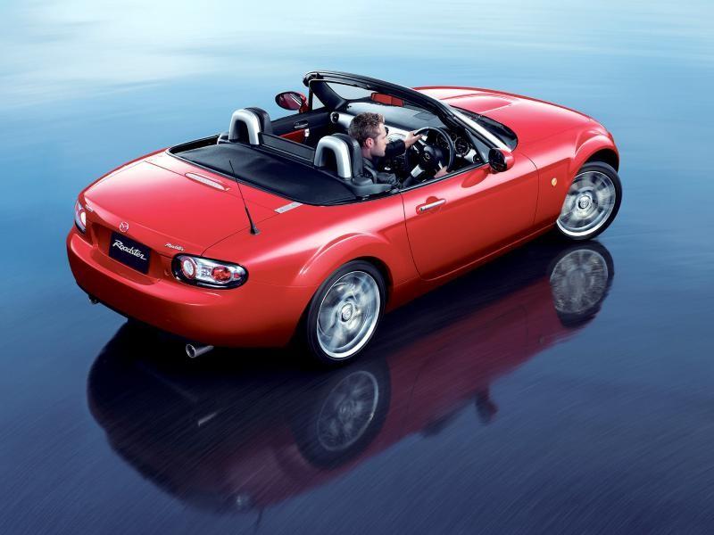 Красная Mazda Roadster