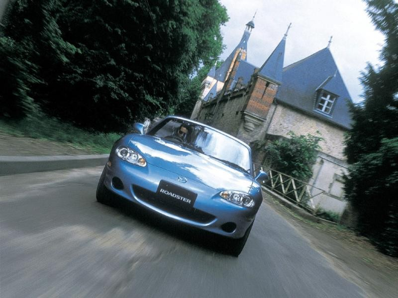 Mazda Roadster цвета голубой металлик в пути: вид спереди