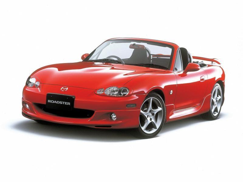 Красная Mazda Roadster: вид спереди слева