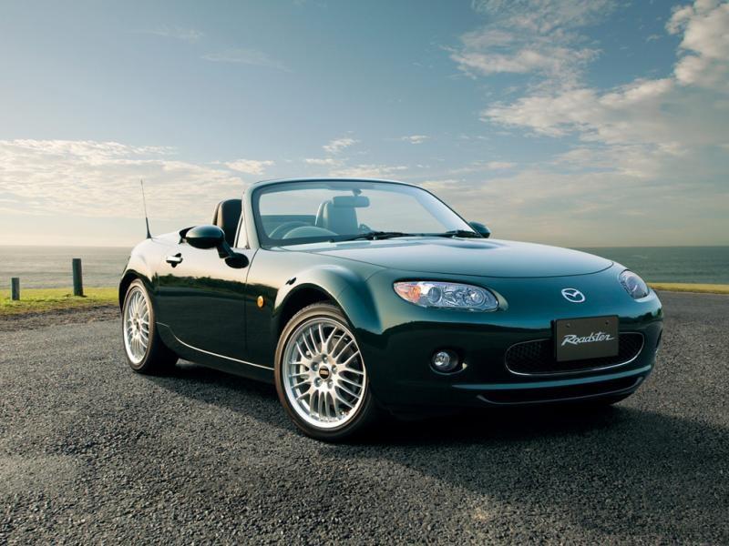 Темно-зеленая Mazda Roadster: вид спереди справа