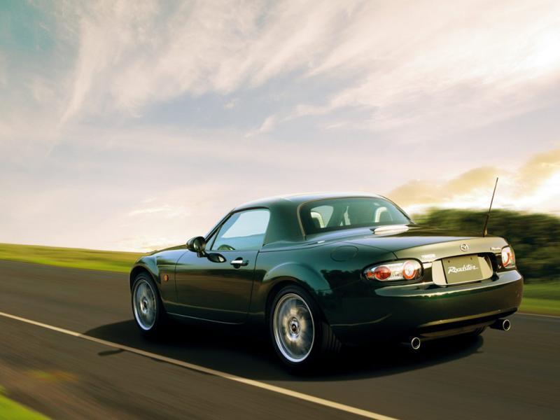 Темно-зеленая Mazda Roadster: вид сзади слева