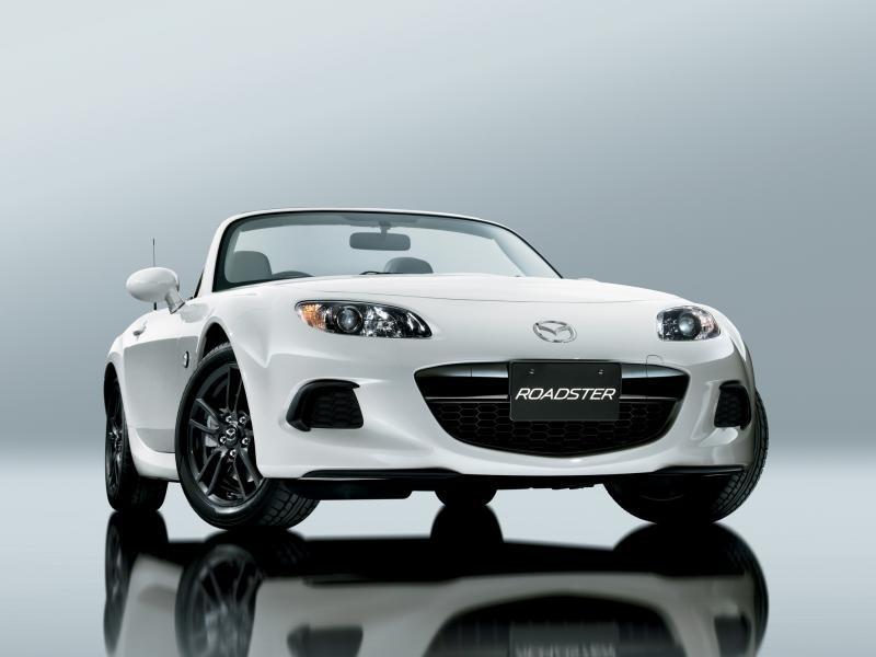 Белая Mazda Roadster: вид спереди справа
