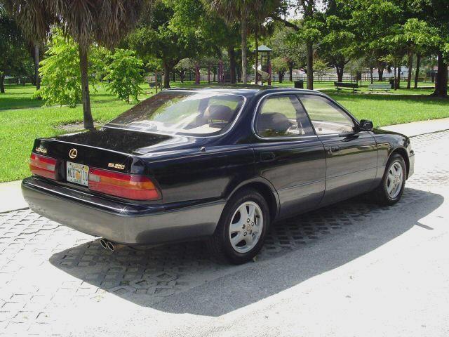 Черный Lexus GS300 вид сзади