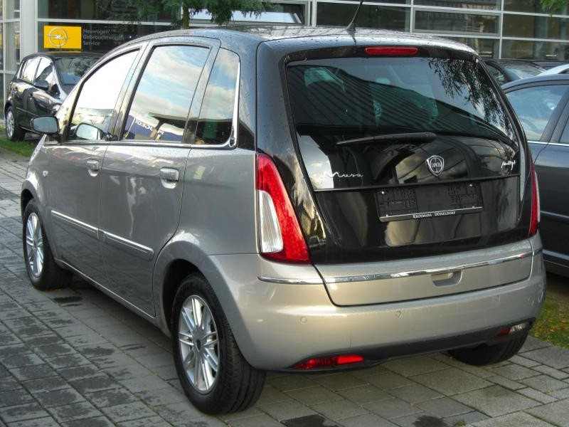 Серебристый Lancia Musa вид сзади