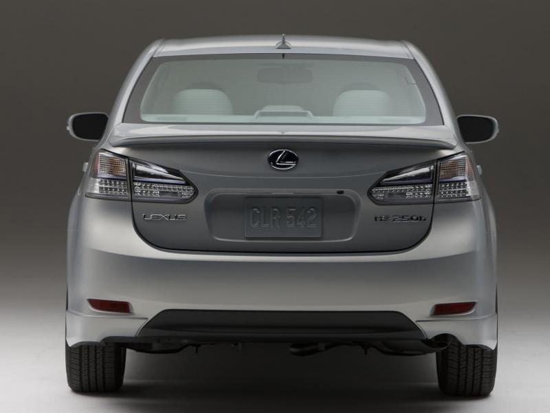 Серебристый Lexus HS250h: вид слегка сзади слева