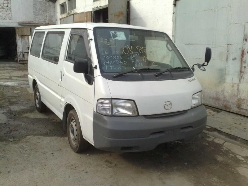 Белый Mazda Bongo Van вид спереди