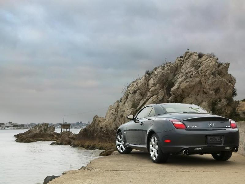 Серый Lexus SX430 в красивом месте