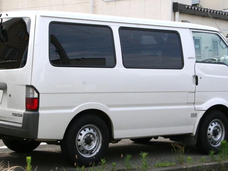 Белый Mazda Bongo Van, вид сбоку