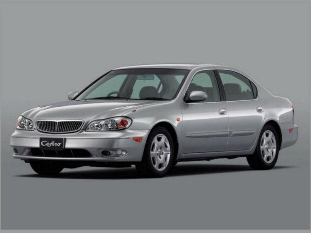 Серый Nissan Cefiro: вид спереди слева