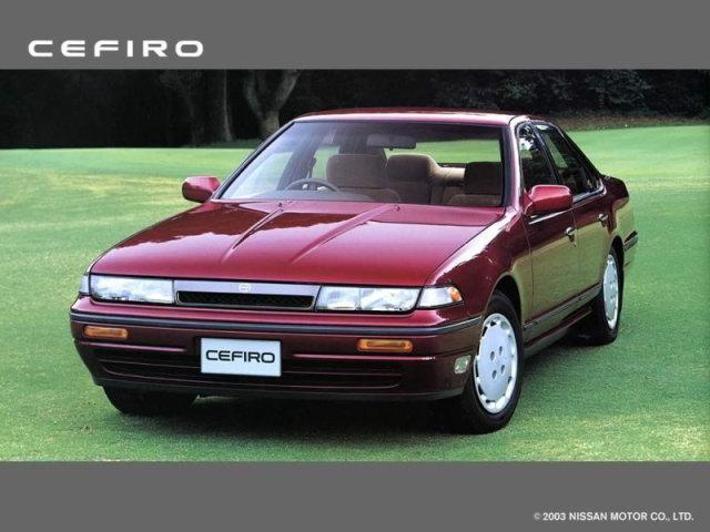 Вишневый Nissan Cefiro: вид спереди слева