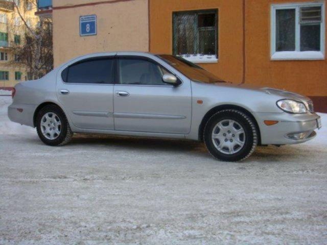 Серебристый Nissan Cefiro: вид сбоку