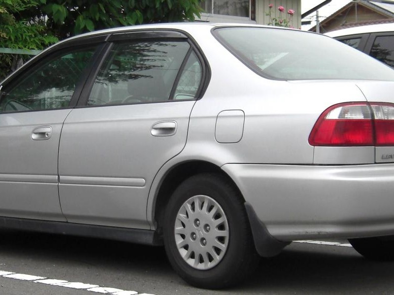 Серебристый седан Honda Integra SJ, вид сбоку