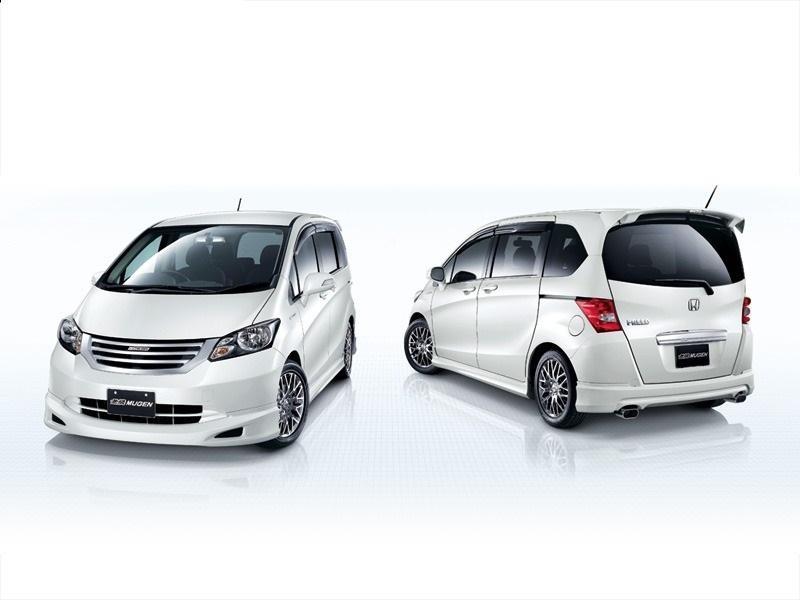 2 белых Honda Freed, вид сзади и спереди