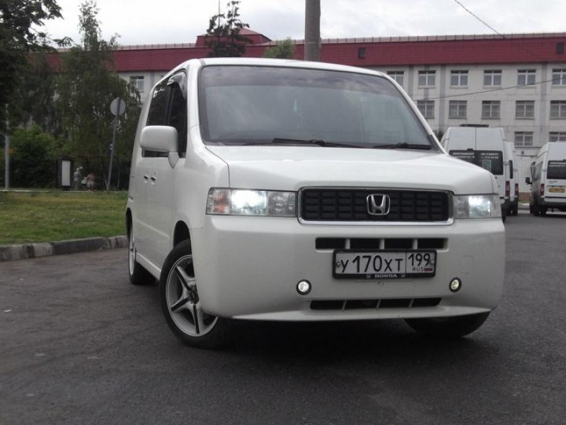 Белый Honda Mobilio Spike, вид спереди