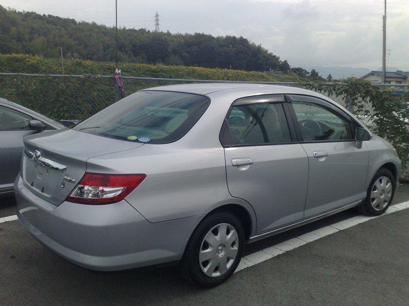 Серебристый седан Honda Fit Aria