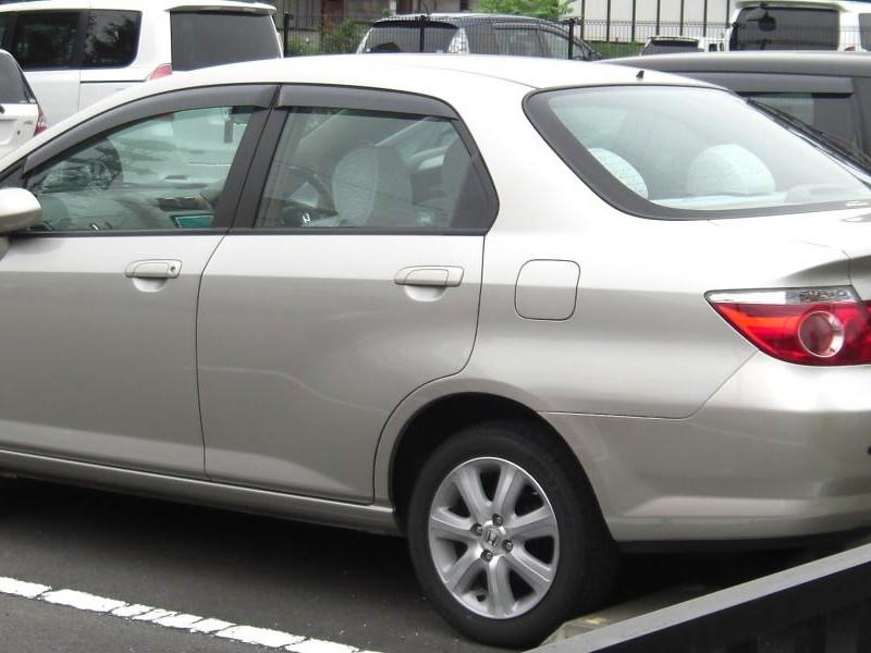 Серебристый Honda Fit Aria, вид сбоку
