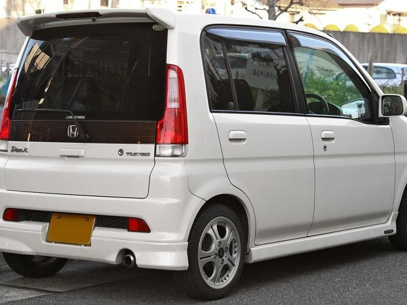 Белый хэтчбек Honda Life Dunk вид сзади