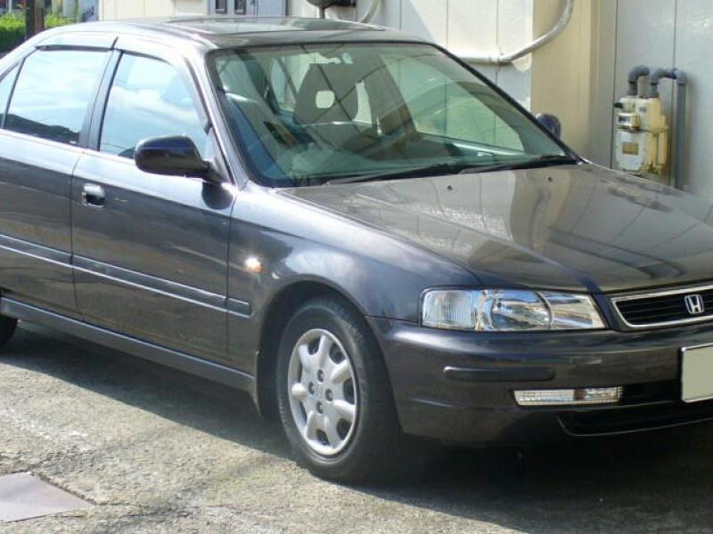 Серебристый седан Honda Domani