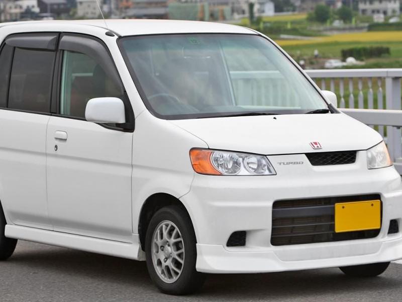 Белый хэтчбек Honda Life Dunk