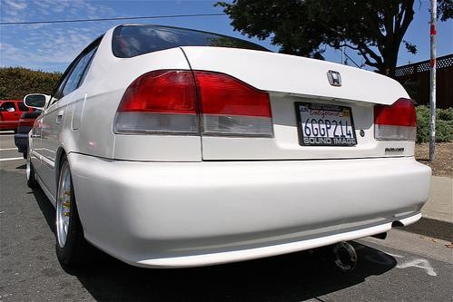 Белый Honda Domani вид сзади