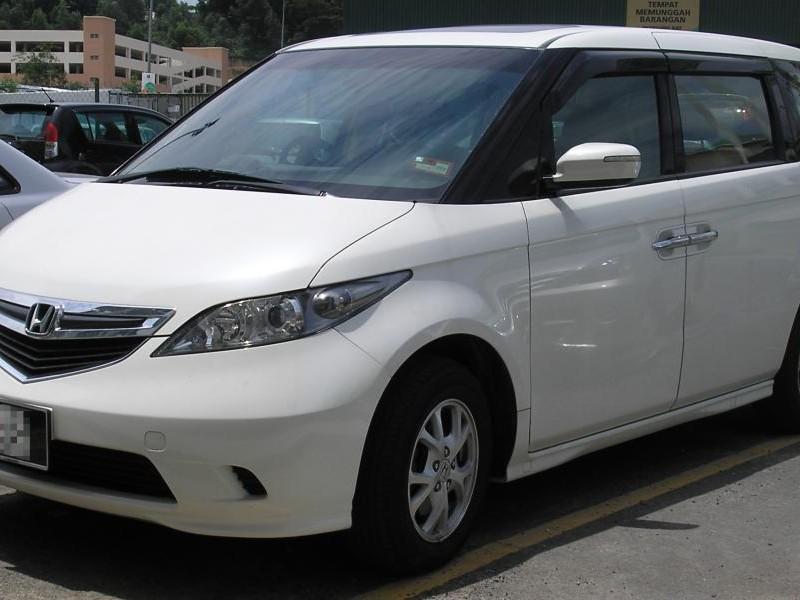 Белый Honda Elysion вид спереди
