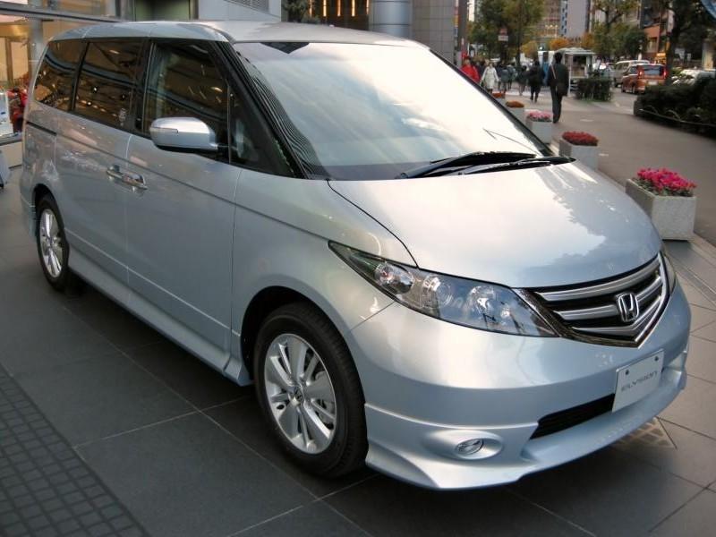Серебристый Honda Elysion вид спереди