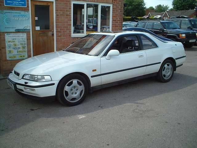 Белый Honda Domani, вид сбоку