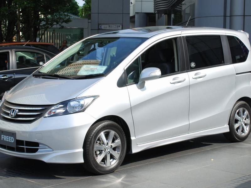 Белый Honda Freed
