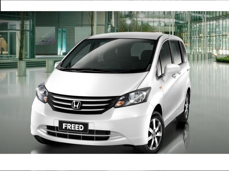 Белый хэтчбек Honda Freed вид спереди