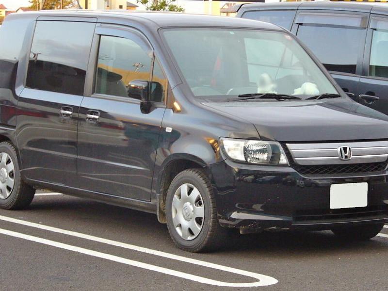 Черный Honda Mobilio Spike вид спереди