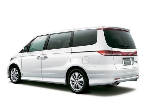 Белый Honda Elysion, вид сзади