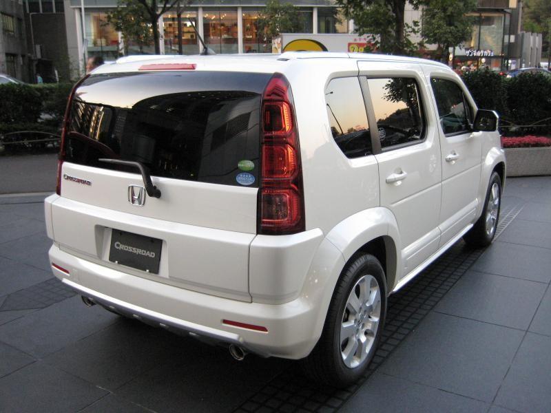 Белый Honda Crossroad вид сзади