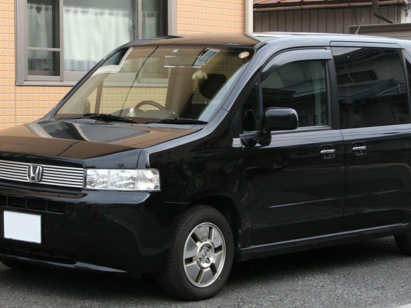 Черный Honda Mobilio Spike вид сбоку