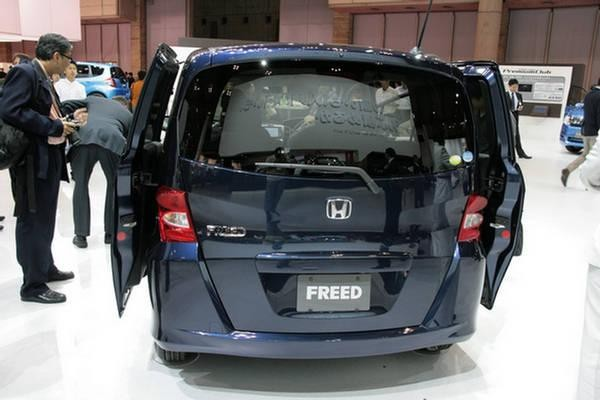 Honda Freed, вид сзади