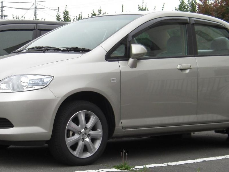 Серебристый Honda Fit Aria вид сбоку