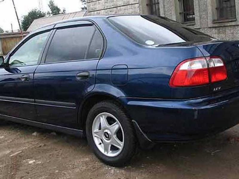 Синий седан Honda Integra SJ, вид сбоку