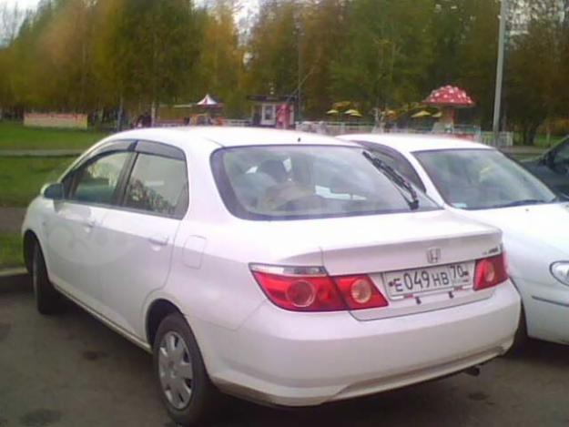 Белый седан Honda Fit Aria вид сзади